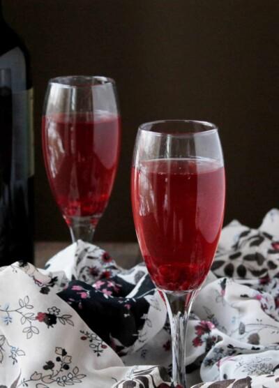 Pomegranate Mimosas via www.diethood.com | #drinks #recipe #nye