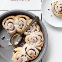 Chocolate Cinnamon Rolls | www.diethood.com | Quick and easy Chocolate Cinnamon Rolls made with refrigerated dough, chocolate chips, and cinnamon | #recipe #cinnamonrolls #chocolate #breakfast #dessert
