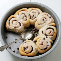 Chocolate Cinnamon Rolls | www.diethood.com | Quick and easy Chocolate Cinnamon Rolls made with refrigerated dough, chocolate chips, and cinnamon | #recipe #cinnamonrolls #chocolate #breakfast #dessert