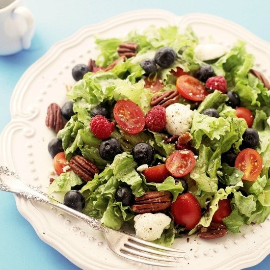 Caprese Salad with Berries | www.diethood.com | Caprese Salad mixed with greens and berries - I can LIVE on this stuff! | #recipe #capresesalad #berries