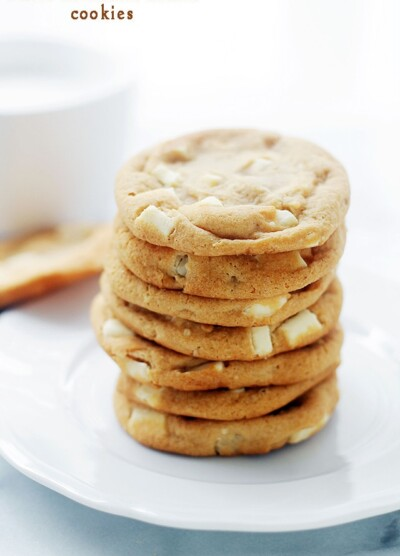 White Chocolate Chunk Cookies   www.diethood.com   These White Chocolate Chunk Cookies are a Mrs. Field's Copycat, but I think they are even better than the real thing!   #cookies #recipes