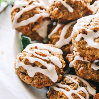 Carrot Cake Oatmeal Cookies Recipe - Irresistible, soft and chewy oatmeal cookiesbursting with carrot cake flavor, are super easy to make and taste amazing!