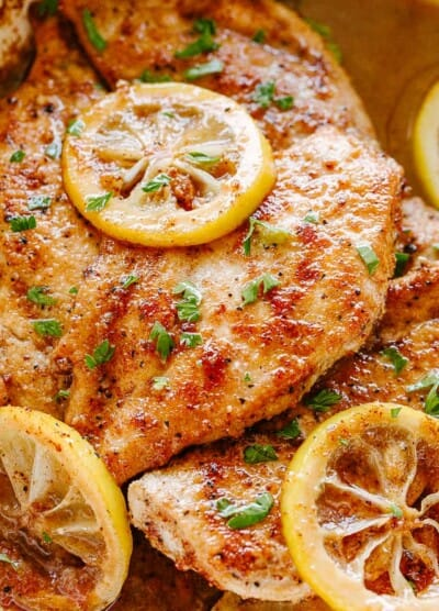 lemon pepper chicken with lemon slices.