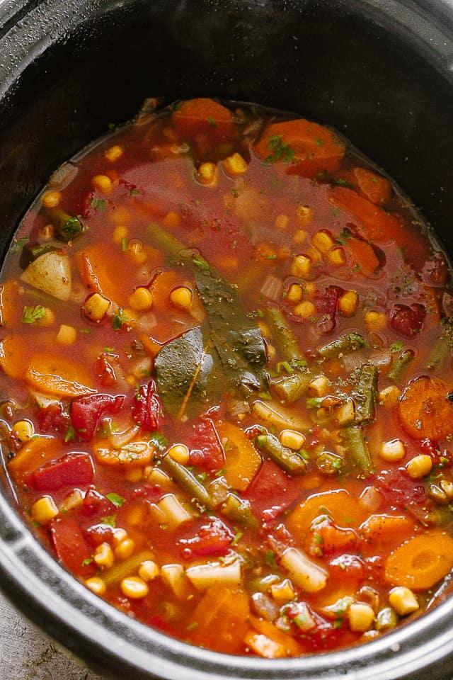 Zöldségleves könnyű tűzhelyen.