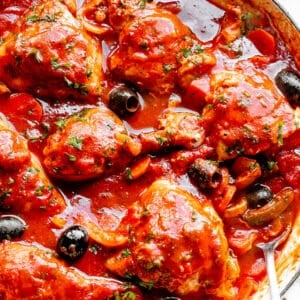 Pot with easy homemade chicken cacciatore in it.