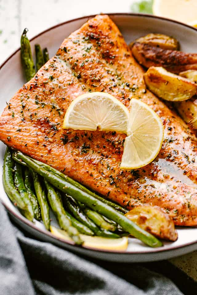 broiled salmon fillet served with green beans