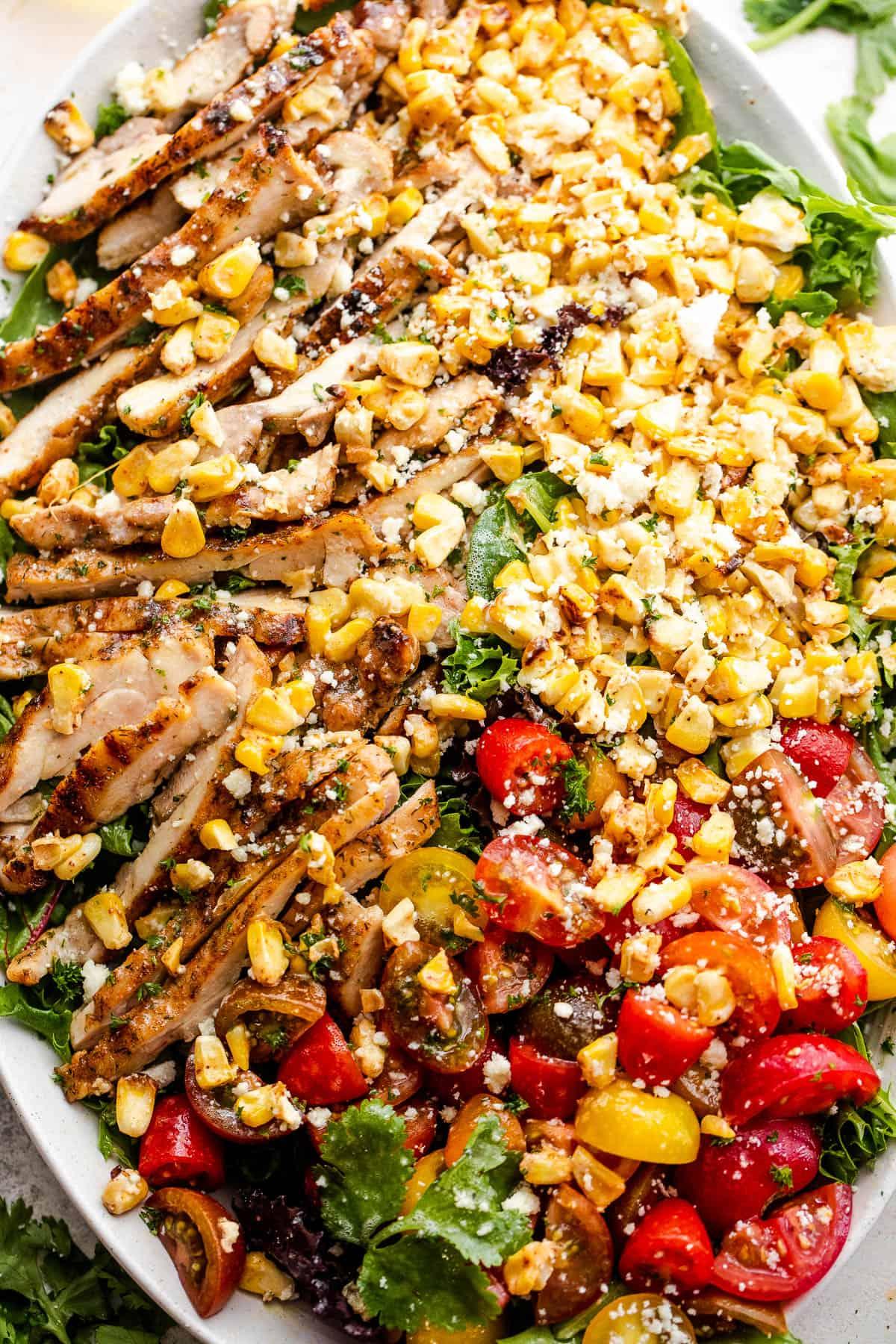 mexikói csirke kukorica saláta, hosszúkás saláta tányéron tálalva