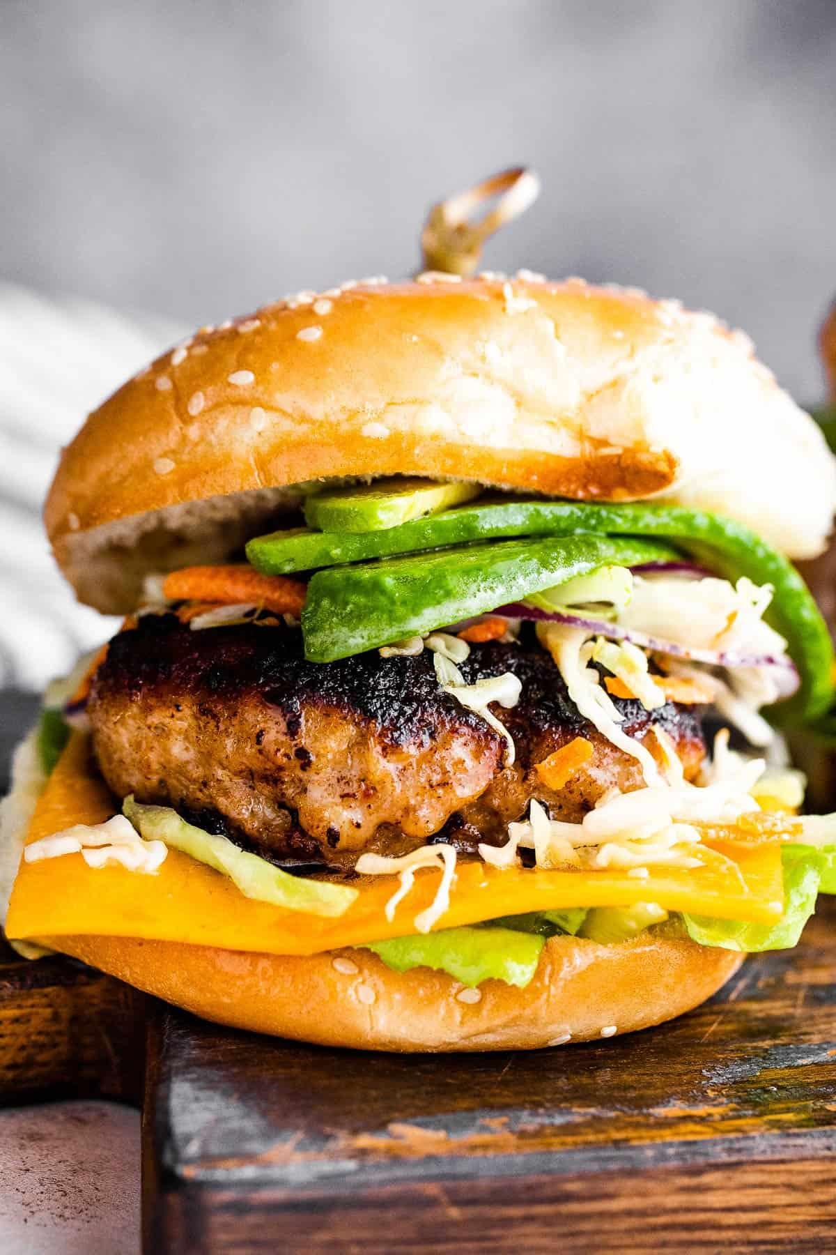 pulyka burger szezámzsemlék között