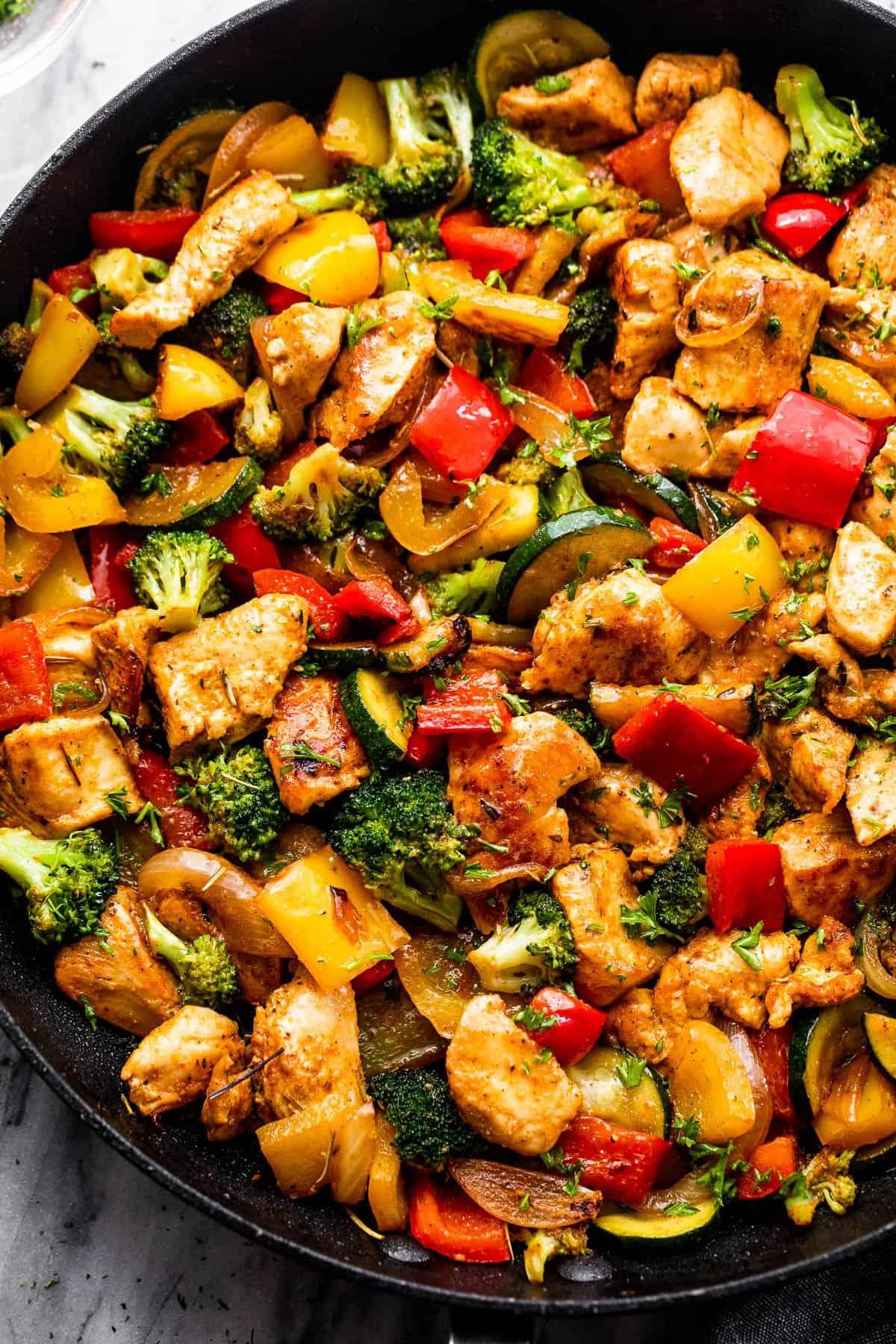 Csirke és zöldség egy fekete serpenyőben
