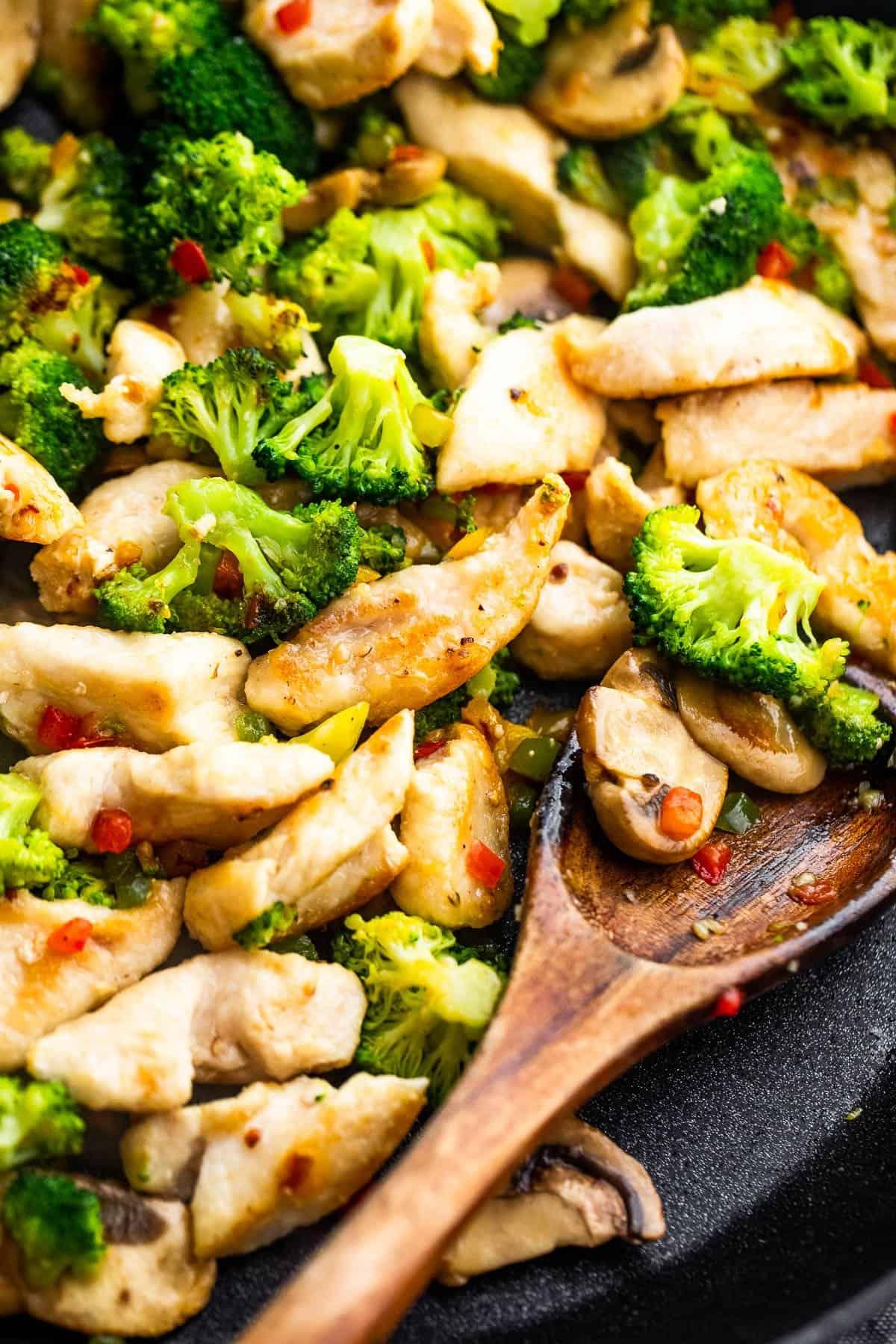 fakanál keverés csirke és brokkoli