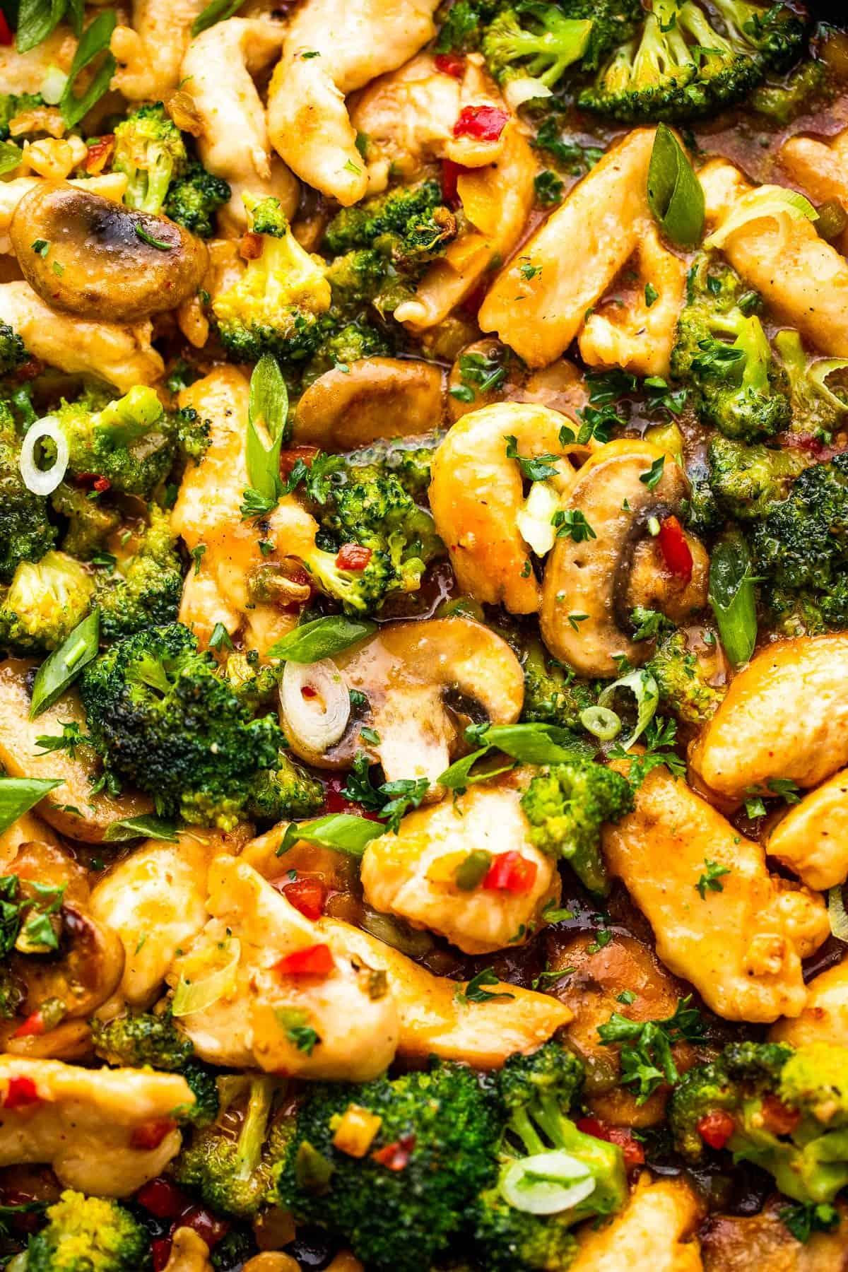 közelről lövés hunan csirke, brokkoli, paprika és gomba