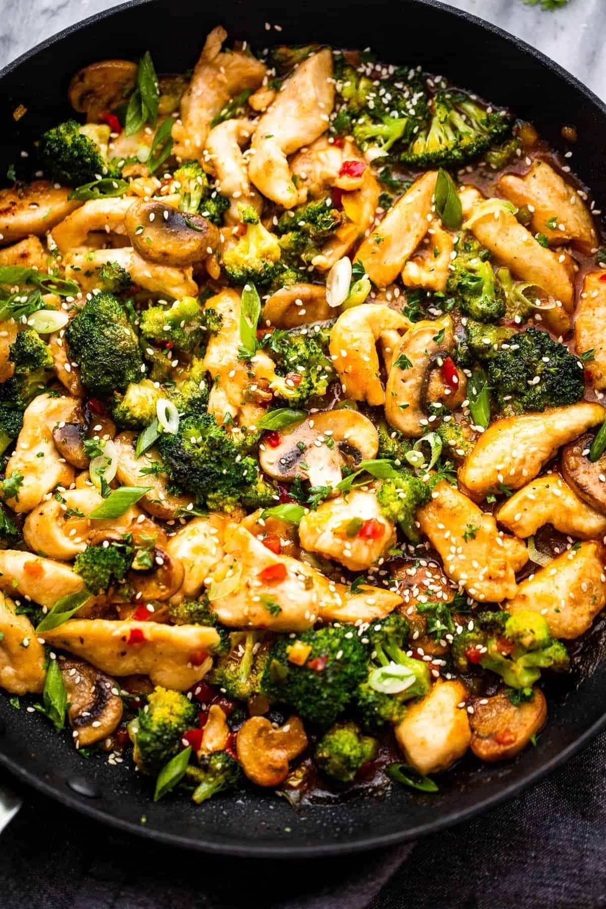 csirke hunan előkészítése fekete serpenyőben