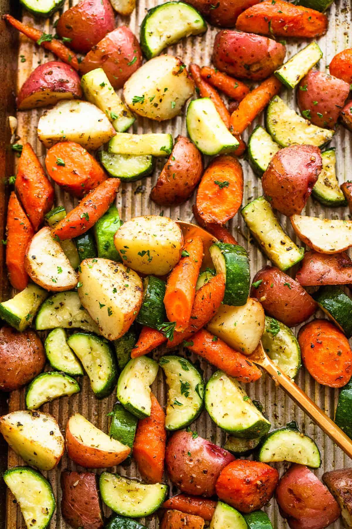 keverjük össze egy serpenyőben sült burgonyával, sárgarépával és cukkinivel